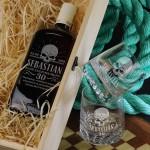 Zdjęcie produktu Urodzinowa whisky Ballantine's w zestawie z personalizowanymi szklankami i grawerowanąskrzynką