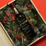 Zdjęcie produktu Święta - grawerowany zestaw whisky Jameson, dwie szklanki i zdobiona skrzynka na Święta