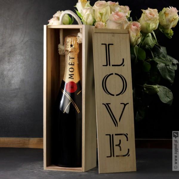 Gift - drewniana skrzynka do wina z napisem LOVE