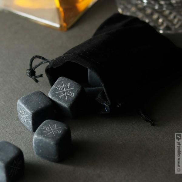 Grawerowane kostki kamienne do whisky