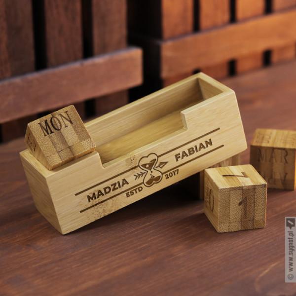 Bricks - bambusowy kalendarz wieczny z grawerunkiem dla zakochanych