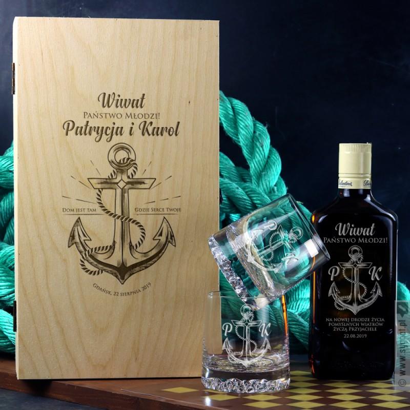 Zdjęcie produktu Zakotwiczeni - whisky Ballantine's w zestawie ze szklankami i skrzynką dla Pary Młodej
