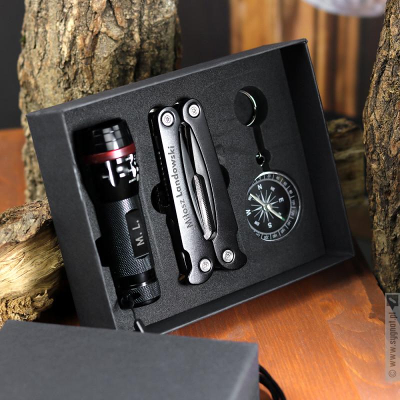 Zdjęcie produktu Podróżuj Zwiedzaj Odkrywaj - grawerowany zestaw podróżny multitool, latarka, kompas