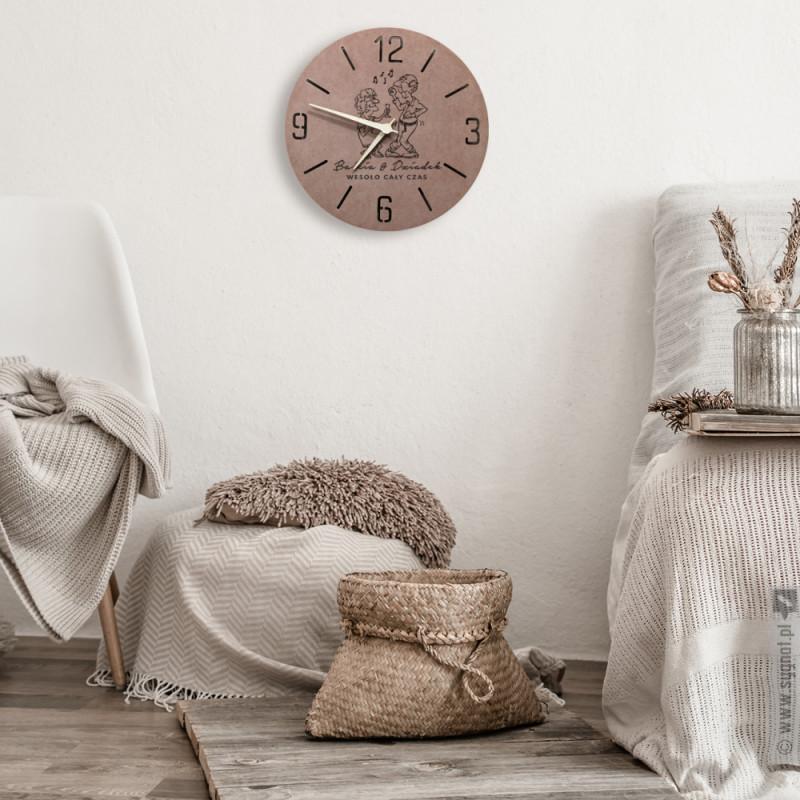 Zdjęcie produktu Wesoło Cały Czas - grawerowany zegar ścienny z personalizacją z okazji Dnia Babci i Dziadka