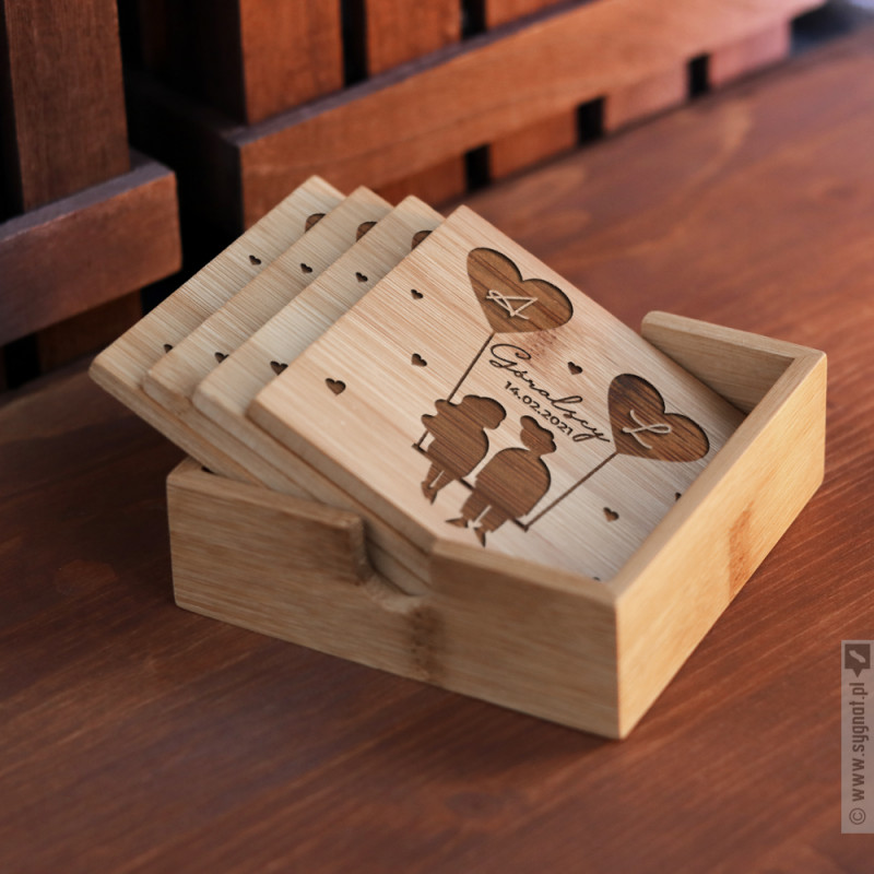 Zdjęcie produktu Para Na Huśtawce - zestaw grawerowanych podkładek pod napoje dla zakochanych