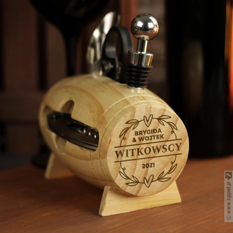 Zdjęcie produktu Beczka Miłości - drewniany stojak z akcesoriami do wina z personalizacją na Walentynki