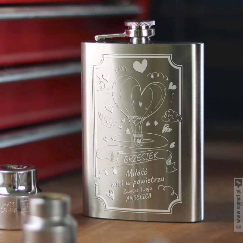 Zdjęcie produktu Miłość Wisi w Powietrzu - personalizowana piersiówka z grawerunkiem na Walentynki