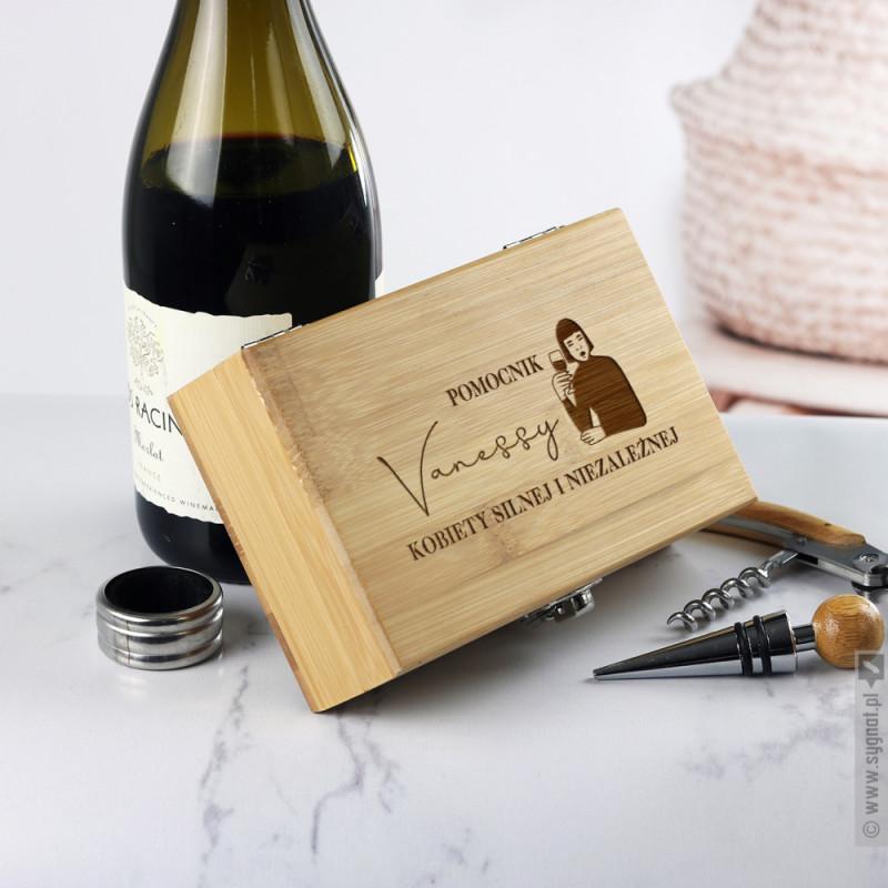 Zdjęcie produktu Silna i Niezależna - drewniany zestaw do wina z personalizacją dla niej